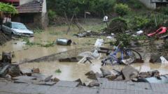 Спасител доброволец дава тел. 112 на прокурор след наводненията