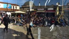 Албанци запалиха пред министерство в Северна Македония учебник заради расизъм