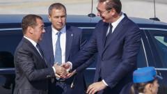 Медведев се радва на военен парад в Белград