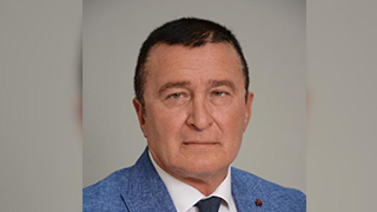 Атанас Атанасов е от Балчик, на 51 години. Завършил е