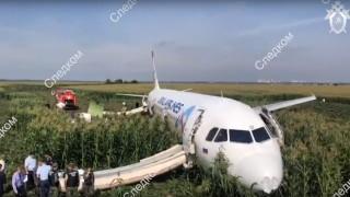 Пуснаха видео от салона на самолета, принуден да кацне в царевичак край Москва