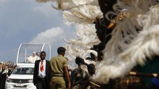 Папа Франциск служи на открито под африканското слънце