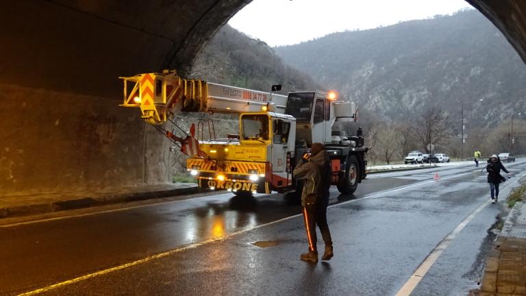 """Ремонти затрудняват движението в тунели на АМ """"Струма"""""""