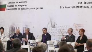 Снимки и филми за комунистическия режим в учебниците ни, поиска Плевнелиев