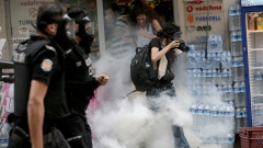 Полицията в Истанбул разпръсна със сълзотворен газ гей парад