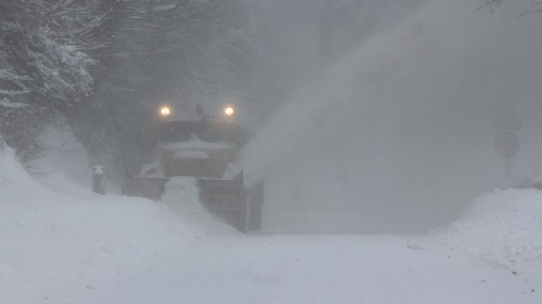 Автобус и снегорин се сблъскаха между врачанските села Липница и Алтимир