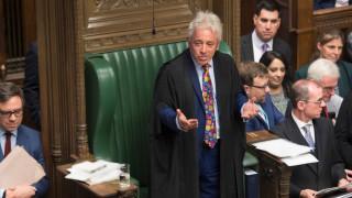 Британският парламент спря работа с хаос, гняв, песни и викове
