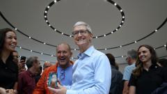 Колко пари получи през годината шефът на Apple?
