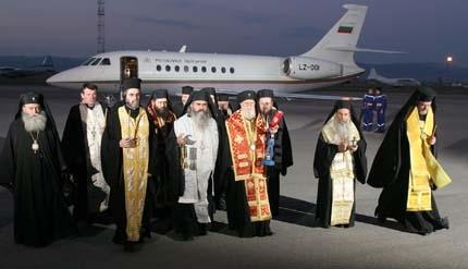 Митрополит Кирил носи Свещения огън от Йерусалим
