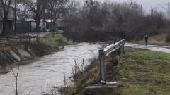 Река заля мост и блокира къщи във Врачанско