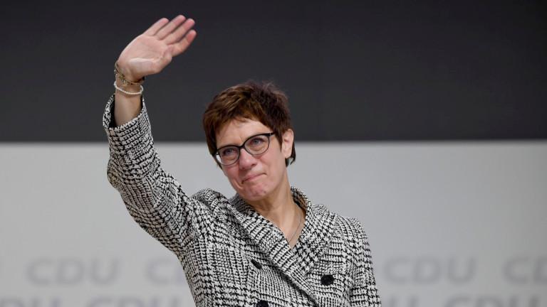 Каренбауер е по-популярна от ментора си Меркел