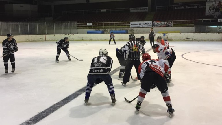 Ултраси на ЦСКА налетяха на бой на хокеистите на Славия