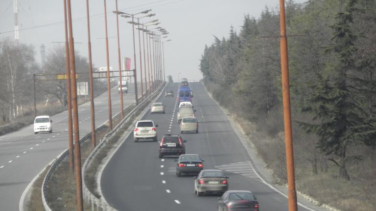 Движението по пътищата на страната и днес натоварено