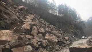 Свлачище между Асеновград и Смолян заради валежите