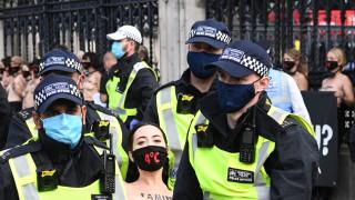 30 жени с голи гърди блокираха британския парламент