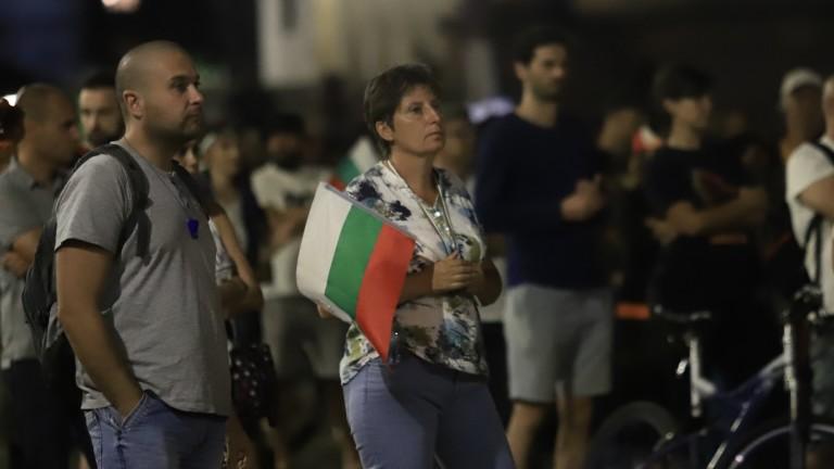 """Протестиращи """"посрещнаха"""" Сачева пред БНТ"""