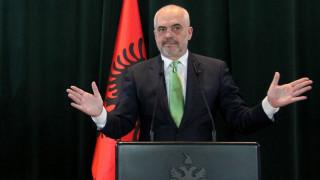 Замеряне с яйце получава премиерът Еди Рама в албанския парламент