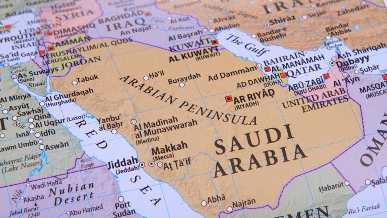 Ергени и семейства влизат през един вход в кафенета на Саудитска Арабия