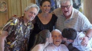 Столетникът Кърк Дъглас се запозна с правнучката си