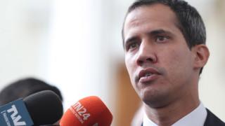 Гуайдо с призив към армията да допусне хуманитарната помощ