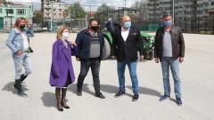 Министър Кралев инспектира ремонта на футболен терен в Габрово