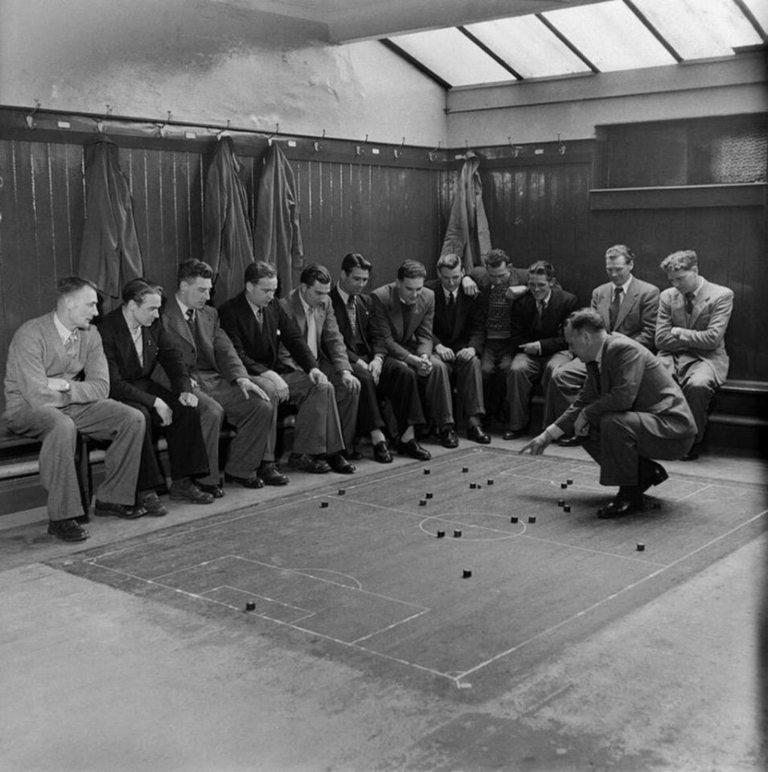 Мениджърът на Саутхемптън дава инструкции на отбора преди техен мач през март 1949 година.