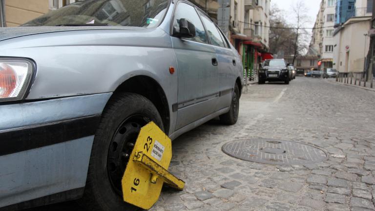 """Вандали рушат заграждения на """"синята зона"""" във Враца"""