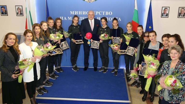 Министър Кралев награди момичетата от националния ни отбор по художествена гимнастика