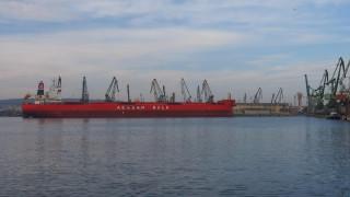 Силен вятър блокира работата на пристанище Русе