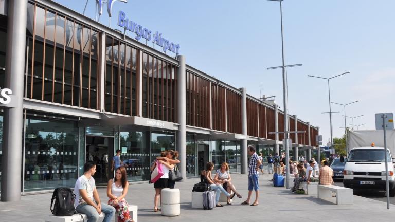 Самолет кацна аварийно на летището в Бургас и излезе от
