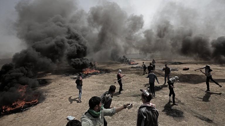 Палестинците взривиха бомба до булдозер на Израел в Газа