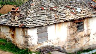 Събарят принудително опасни сгради в Ловеч