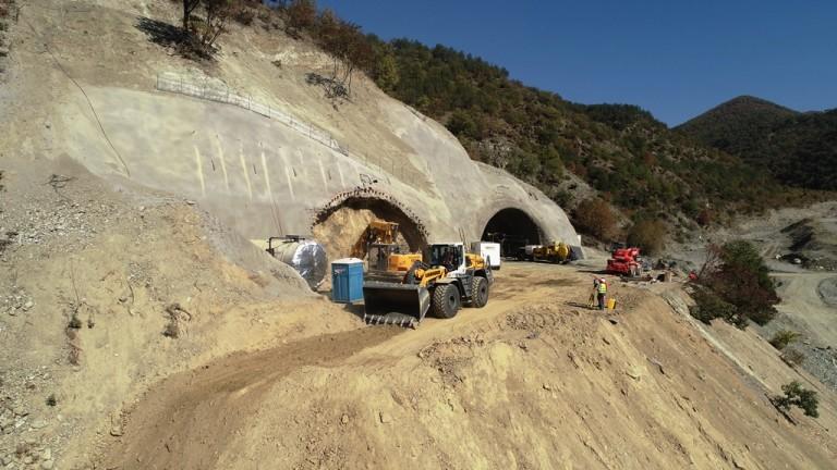 """Няма опасност за живота на пострадалите от срутването в тунел """"Железница"""""""