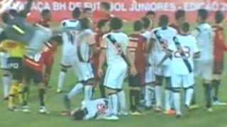 ВИДЕО: Вратар повали съперник с удар от каратето