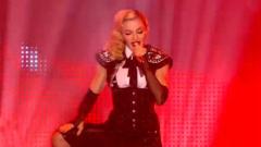 Монахини на пилон за турнето на Мадона