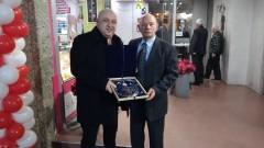 Красен Кралев връчи почетен плакет на футболната легенда Иван Василев