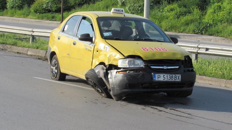 Такси се обърна по таван в канавка край Русе