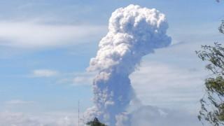 Вулкан изригна на острова в Индонезия, ударен от земетресение и цунами