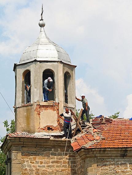 Мюсюлмани ремонтирха църква