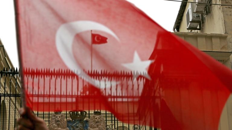 Турски съд разпореди седем от 17-те служители от опозиционния вестник