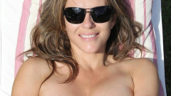 51-годишната Лиз Хърли лъсна по монокини (СНИМКИ)