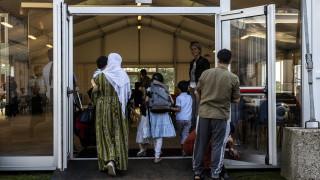 Холандски протестиращи изгарят гуми до база с афганистански бежанци