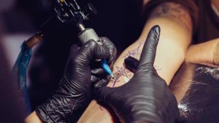 Защо този мъж използва кокаин при татуирането
