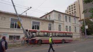 Във Варна градски автобус се заби в стълб, 8 души пострадаха