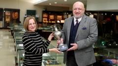 Министър Красен Кралев дари купа на Илия Чубриков на Музея на спорта