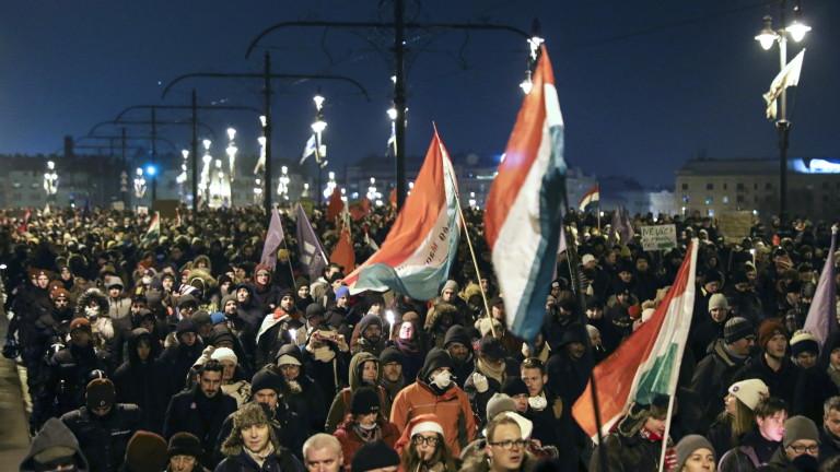 Охранители са изхвърлили физически унгарски опозиционни депутати от сградата на