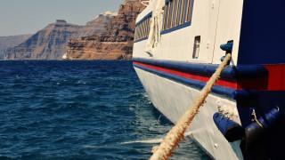 Корабите и фериботите в Гърция останаха на котва