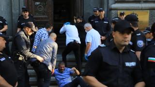 Изкараха насила протестиращите, окупирали Народното събрание