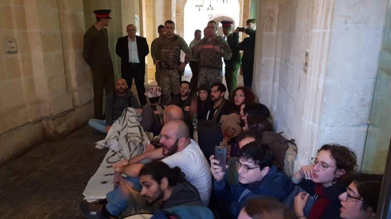 Активисти влязоха в сградата, в която се помещава кабинетът на