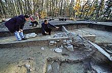 Брадва с животинска украса откриха археолози